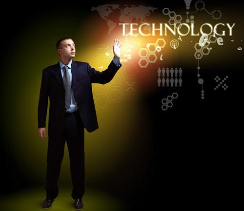 Um olhar sobre a influência da tecnologia nos ambientes empresarial e educacional