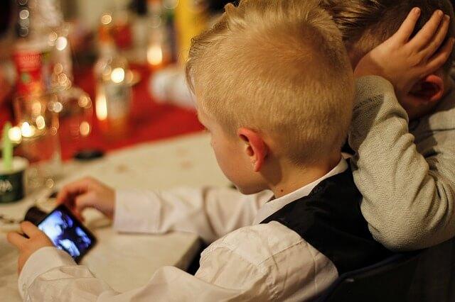 Como smartphones modernos ajudam pais a monitorar crianças